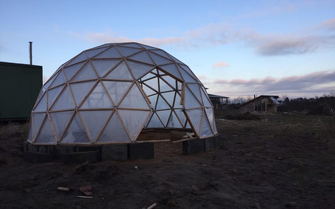 Vi bygger en dome som drivhus